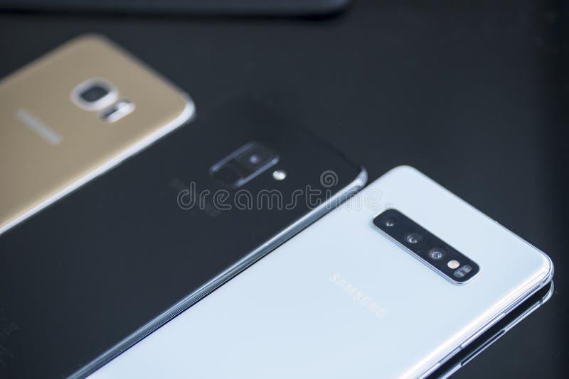 Smartphone del Samsung Galaxy tres en la tabla foto de archivo
