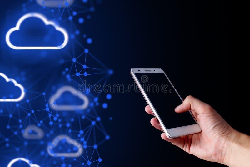 Smartphone del tacto de la mano para conectar con la red social de los datos globales fotos de archivo libres de regalías