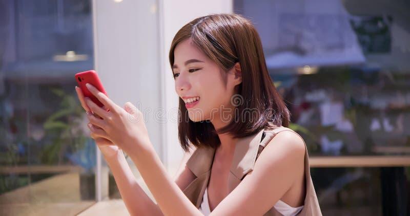 Smartphone del uso de la mujer de la belleza fotografía de archivo libre de regalías
