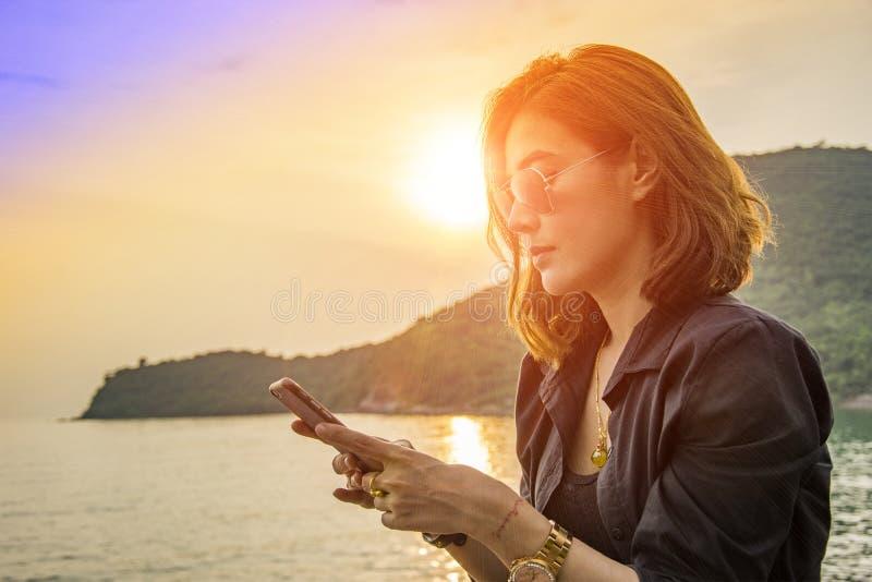 Smartphone del uso de las mujeres de Asia fotografía de archivo