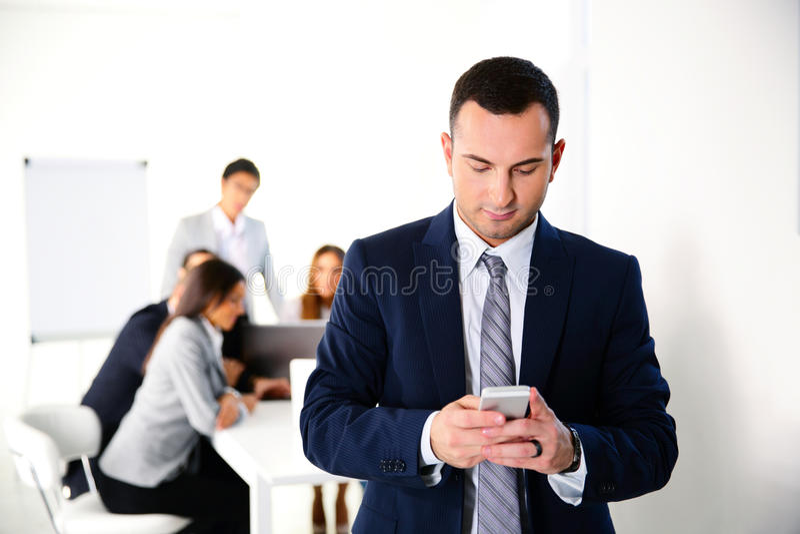 Smartphone delante de la reunión de negocios foto de archivo