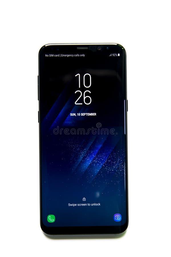 Smartphone della galassia S8 di Samsung con l'esposizione di infinito fotografie stock