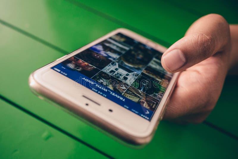 Smartphone della holding della mano
