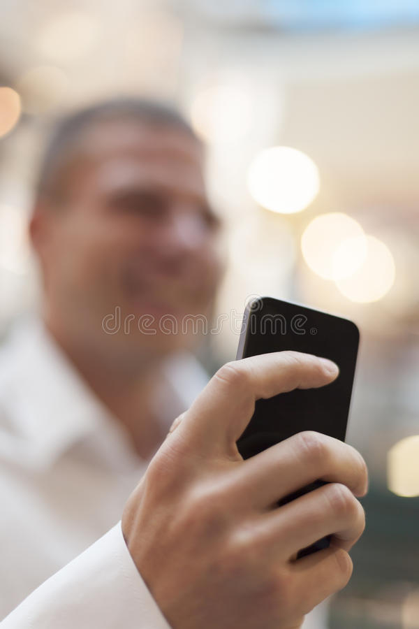 Smartphone in der Hand des Geschäftsmannes stockfotografie