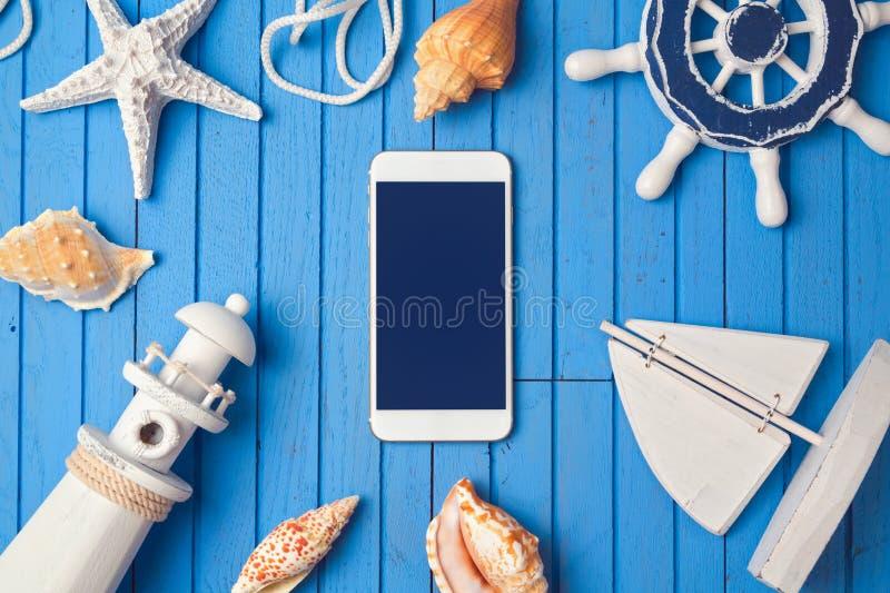 Smartphone deride sul modello per la presentazione di app di vacanza estiva Vista da sopra Disposizione piana fotografia stock libera da diritti
