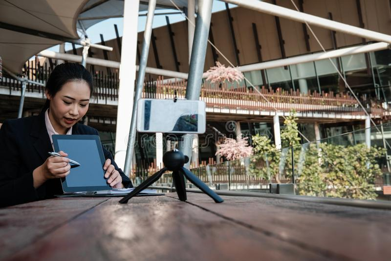 Smartphone di uso della donna di affari per il flusso continuo online in tensione donna con riferimento a fotografia stock