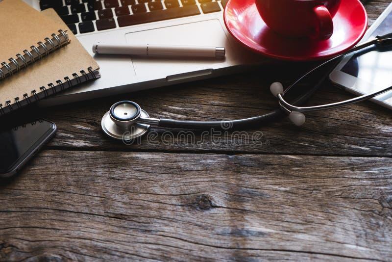 Smartphone do computador, coffeecup, no escritório do doutor fotografia de stock royalty free