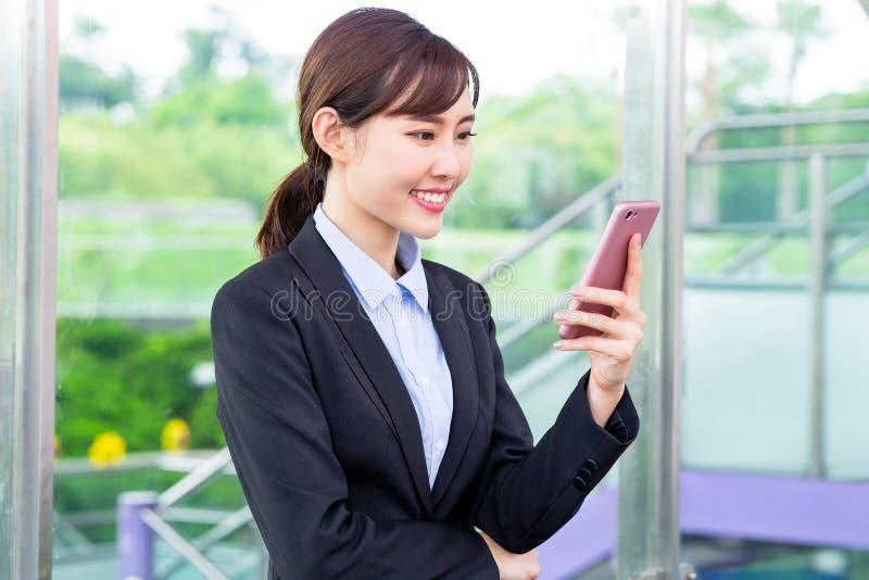 Smartphone do uso da mulher de negócios imagem de stock royalty free