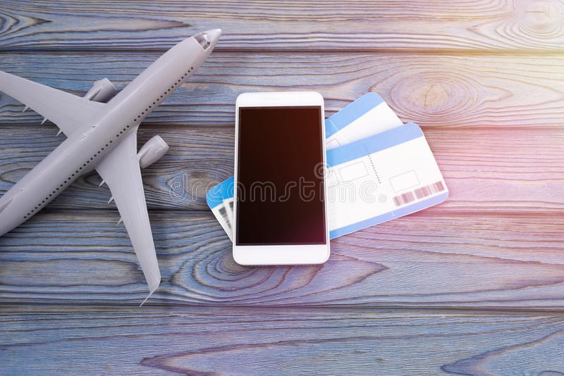 Smartphone, dwa płaskiego bileta na drewnianym tle obrazy stock