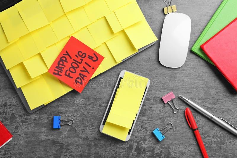 Smartphone e portátil cobertos em notas pegajosas imagem de stock royalty free