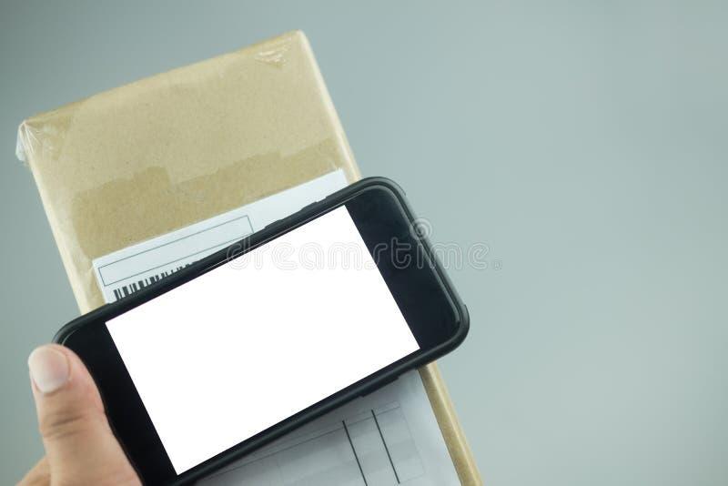 Smartphone e scatola della tenuta della mano fotografie stock libere da diritti