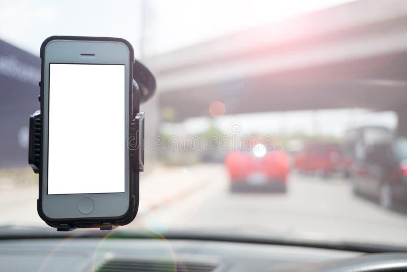 Smartphone in een autogebruik voor Navigate royalty-vrije stock afbeelding