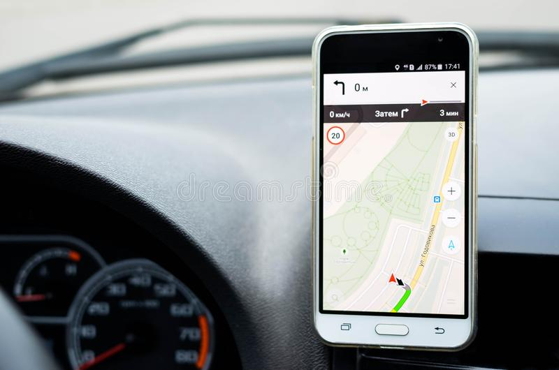 Smartphone in een autogebruik voor Navigate of GPS royalty-vrije stock afbeeldingen
