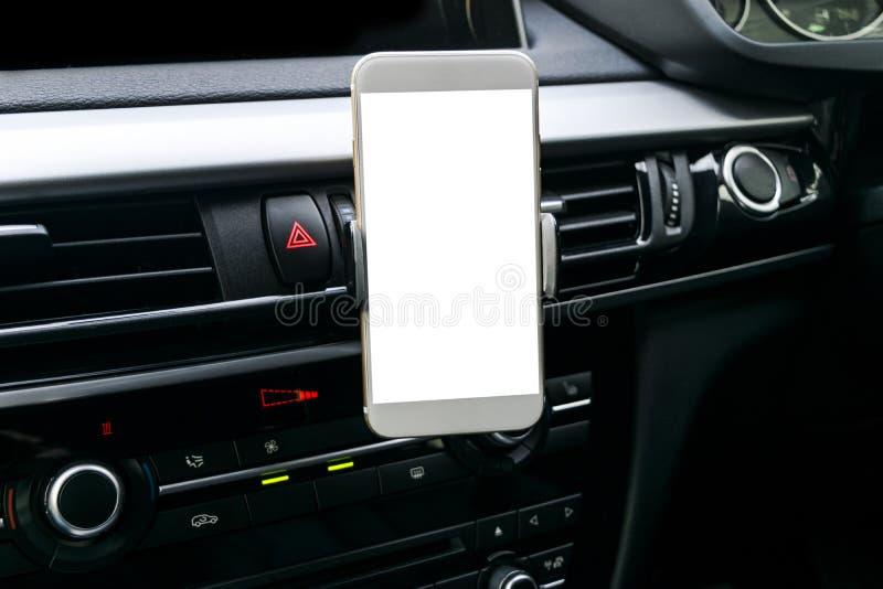 Smartphone in een autogebruik voor Navigate of GPS Het drijven van een auto met Smartphone in houder Mobiele telefoon met het geï royalty-vrije stock foto