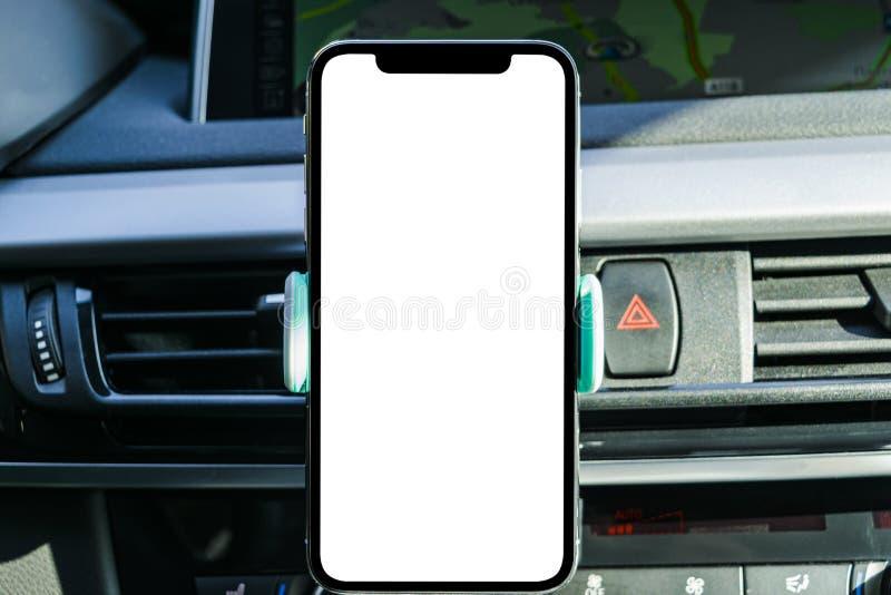 Smartphone in een autogebruik voor Navigate of GPS Het drijven van een auto met Smartphone in houder Mobiele telefoon met het geï stock fotografie
