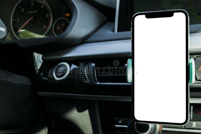 Smartphone in een autogebruik voor Navigate of GPS Het drijven van een auto met Smartphone in houder Mobiele telefoon met het geï stock afbeelding