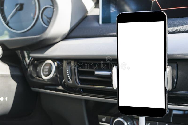 Smartphone in een autogebruik voor Navigate of GPS Het drijven van een auto met Smartphone in houder Mobiele telefoon met het geï stock foto's