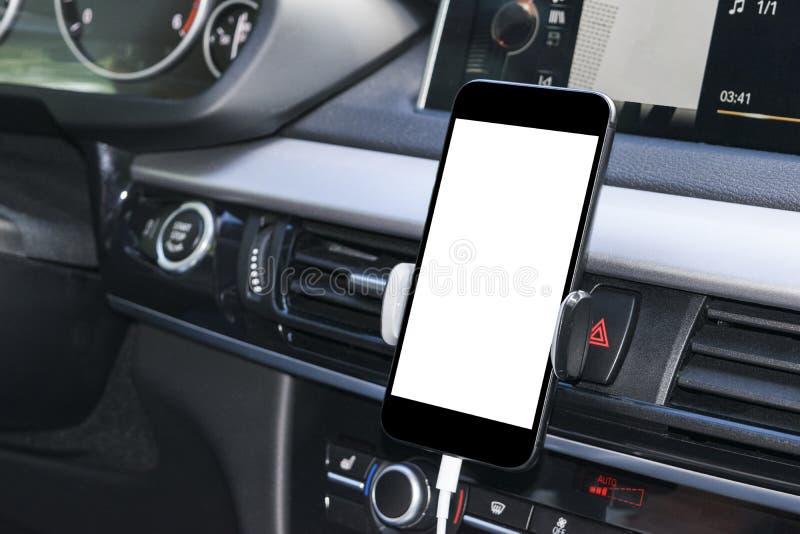 Smartphone in een autogebruik voor Navigate of GPS Het drijven van een auto met Smartphone in houder Mobiele telefoon met het wit royalty-vrije stock afbeelding