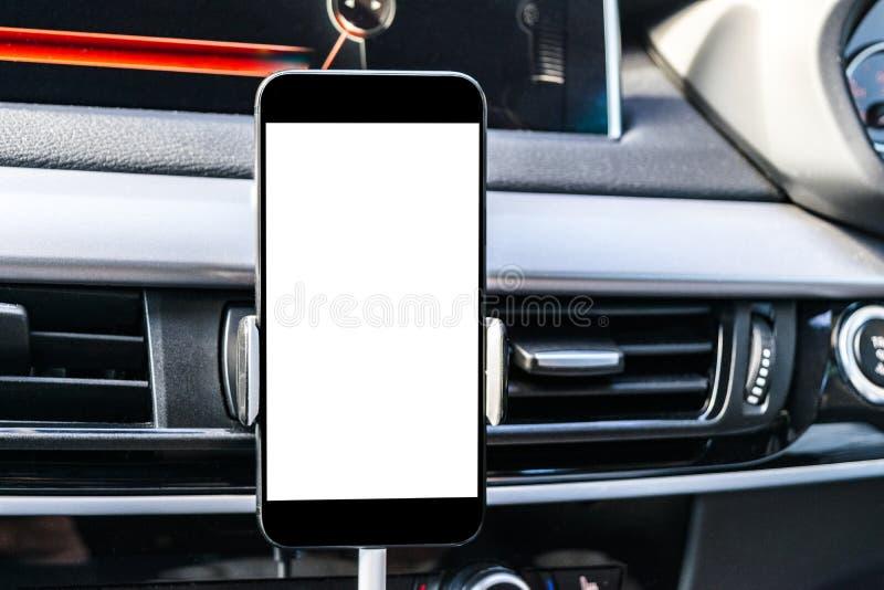 Smartphone in een autogebruik voor Navigate of GPS Het drijven van een autowithsmartphone in een autogebruik voor Navigate of GPS royalty-vrije stock foto