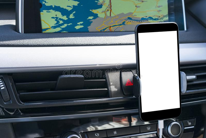 Smartphone in een autogebruik voor Navigate of GPS Het drijven van een autowithsmartphone in een autogebruik voor Navigate of GPS stock foto's