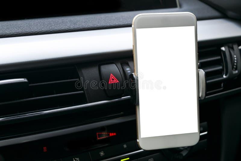 Smartphone in een autogebruik voor Navigate of GPS Het drijven van een autowithsmartphone in een autogebruik voor Navigate of GPS royalty-vrije stock foto's