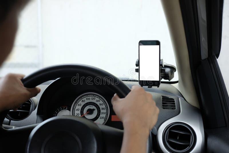 Smartphone in een autogebruik voor Navigate of GPS Smartphone in houder Mobiele telefoon met het ge?soleerde witte scherm stock foto