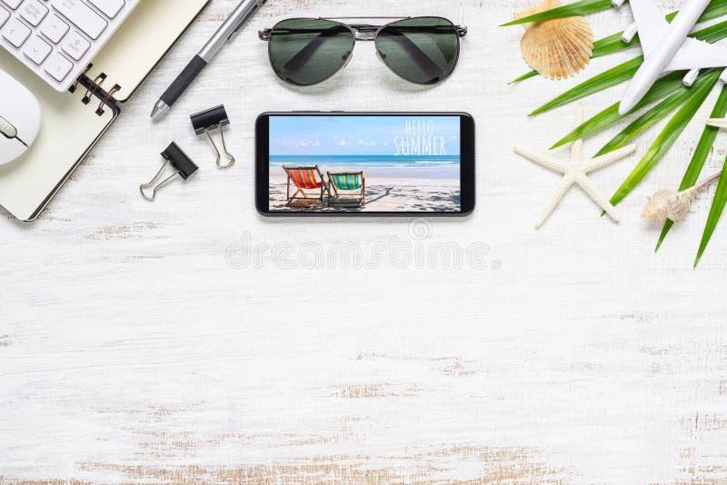 Smartphone egzamin próbny w górę szablonu z lato plaży planowania podróży pojęciem Odgórny widok heblowanie podróż i technologii  obrazy royalty free