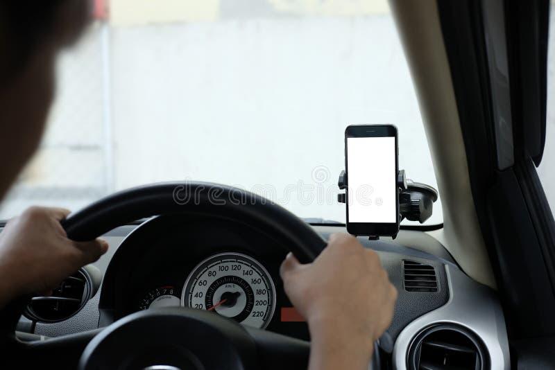 Smartphone in einem Autogebrauch f?r Navigate oder GPS Smartphone im Halter Handy mit lokalisiertem wei?em Schirm stockbilder