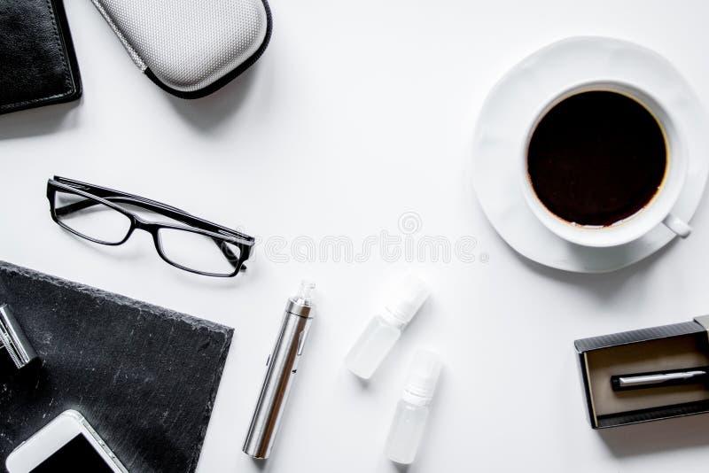 Smartphone, elektroniczny papieros i mężczyzna ` s akcesoriów odgórny widok, zdjęcia stock