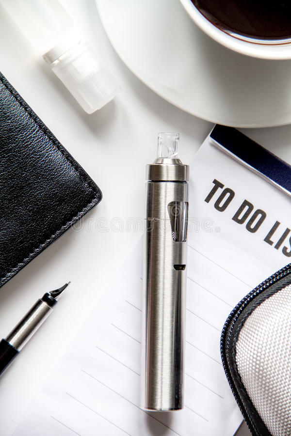 Smartphone, elektroniczny papieros i mężczyzna ` s akcesoriów odgórny widok, obraz stock