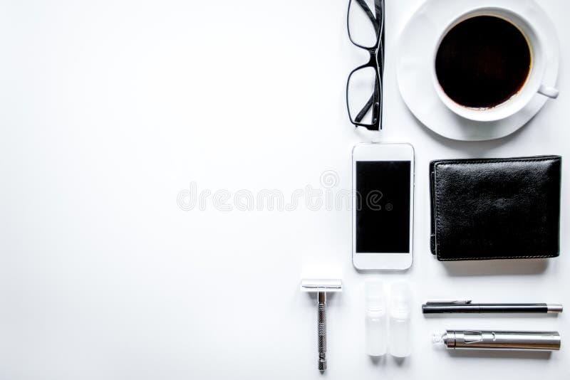Smartphone, elektronische sigaret en de hoogste mening van mensen` s toebehoren royalty-vrije stock afbeelding