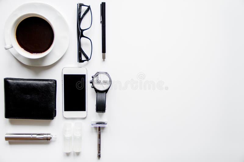 Smartphone, elektronisk cigarett och sikt för tillbehör för man` s bästa arkivbild