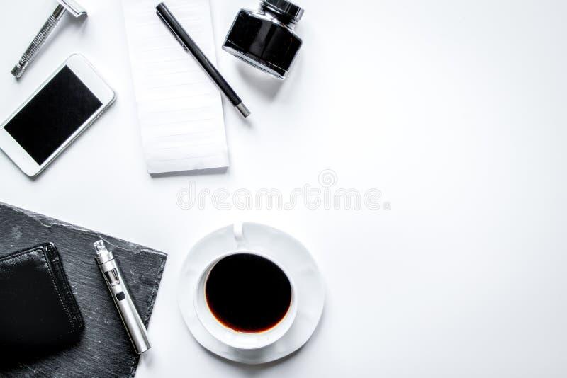 Smartphone, elektronisk cigarett och sikt för tillbehör för man` s bästa arkivfoto