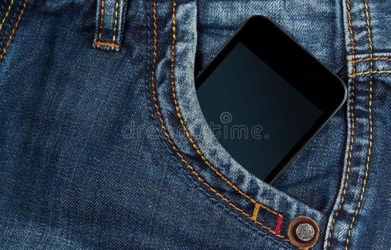 Smartphone em sua calças de ganga do bolso imagem de stock royalty free