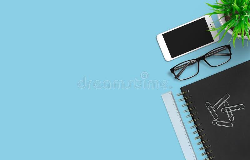 Smartphone en bureautoebehoren op kleurrijke achtergrond Moderne wordspace Hoogste mening Worplaceconcept royalty-vrije stock afbeelding