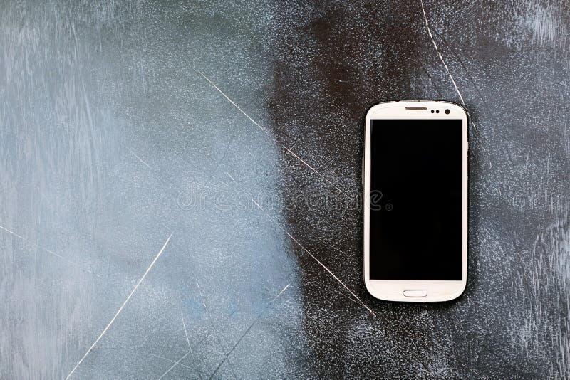 Smartphone en fondo del muro de cemento foto de archivo libre de regalías