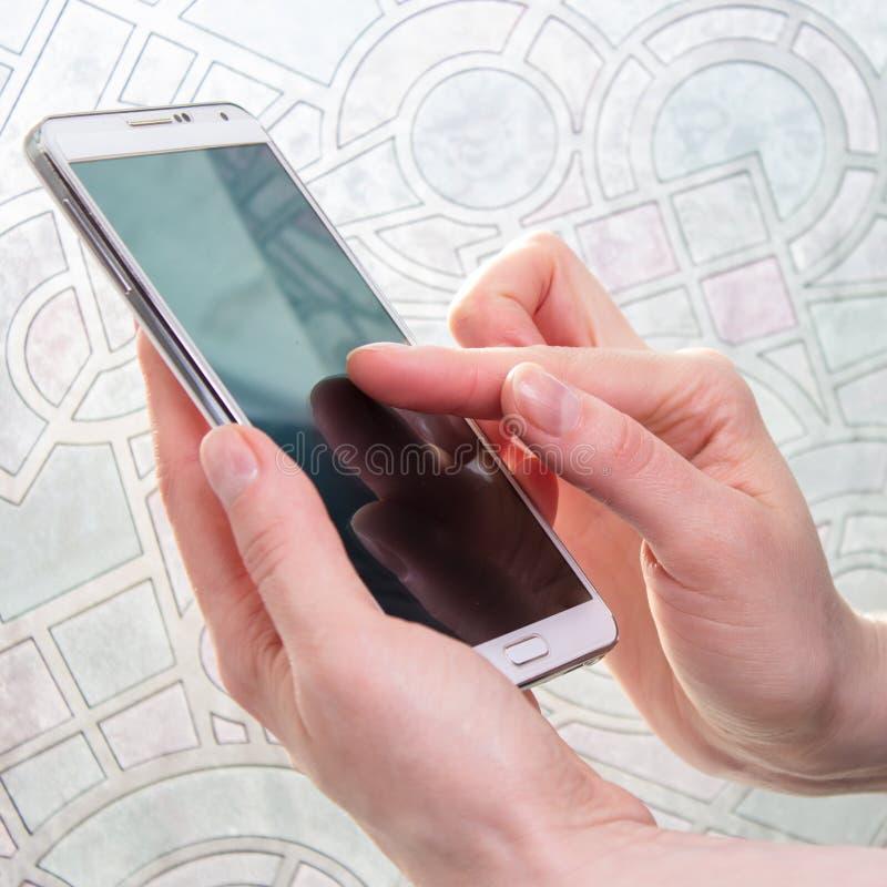 Smartphone en mano de la mujer fotografía de archivo