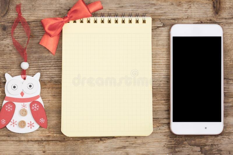 Smartphone et carnet sur la vue supérieure de fond en bois grunge image libre de droits