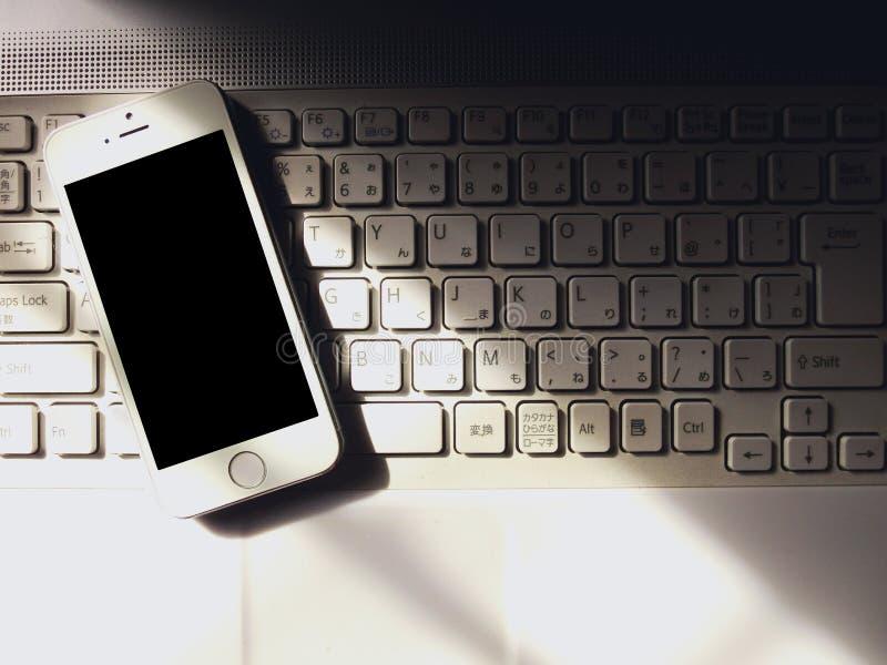 Smartphone et clavier photo libre de droits