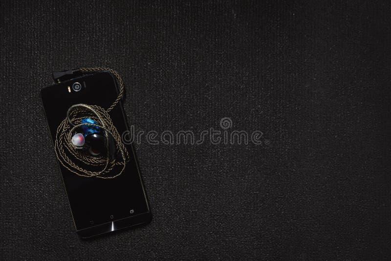 Smartphone för bästa sikt med hörlurar royaltyfri foto
