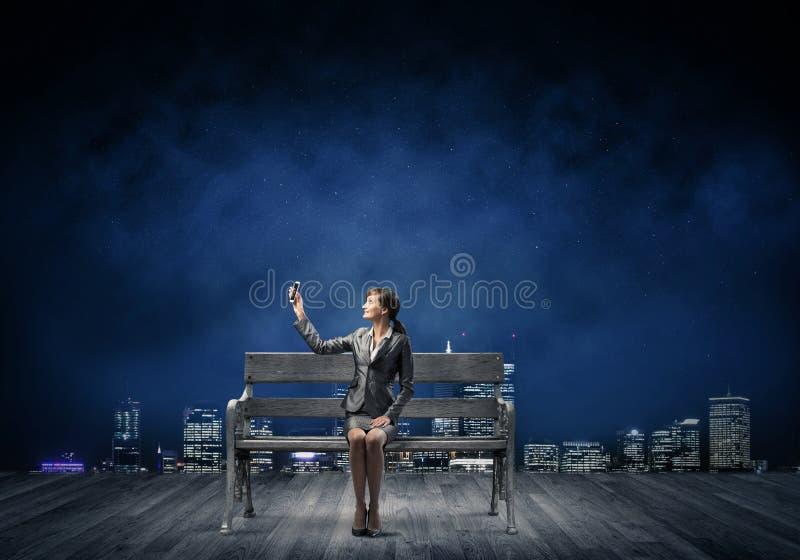 Smartphone för innehav för affärskvinna med den lyftta handen royaltyfri illustrationer