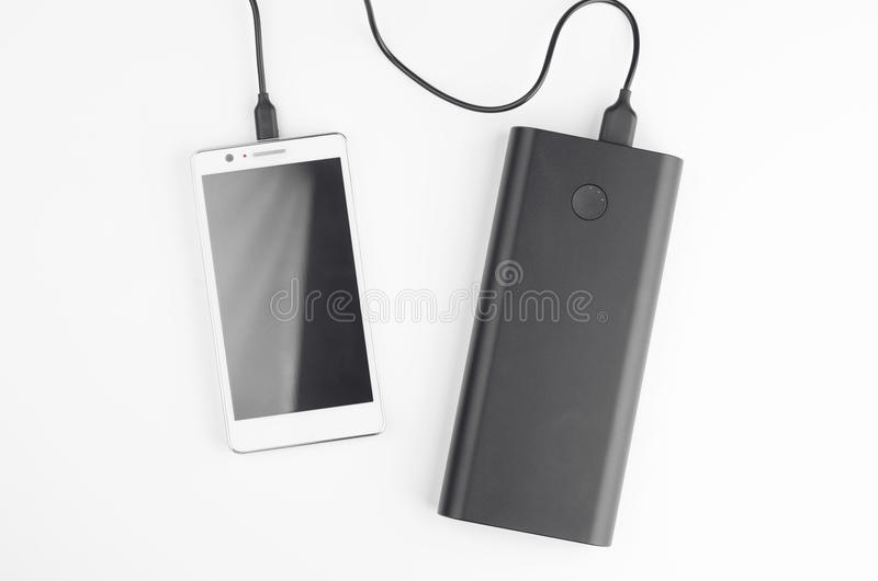 Smartphone förband till det bärbara batteriet royaltyfri fotografi