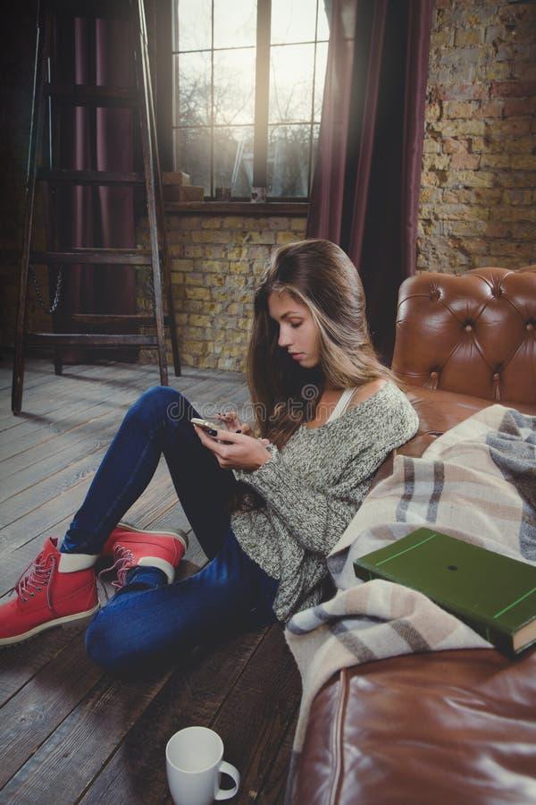smartphone genom att använda kvinnan Koppla av tid under kallt väder fotografering för bildbyråer