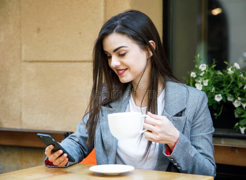 smartphone genom att anv?nda kvinnan arkivfoton