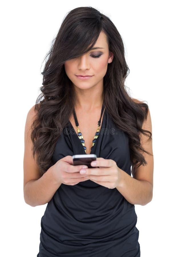 Smartphone guardando modelo de cabelo marrom concentrado foto de stock royalty free