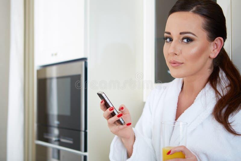 Smartphone guardando modelo lindo alegre fotos de stock royalty free