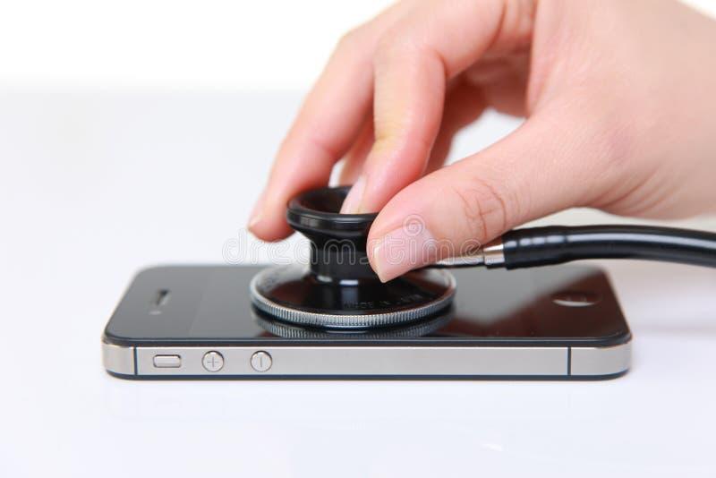 Smartphone ha esaminato con uno stetoscopio immagini stock