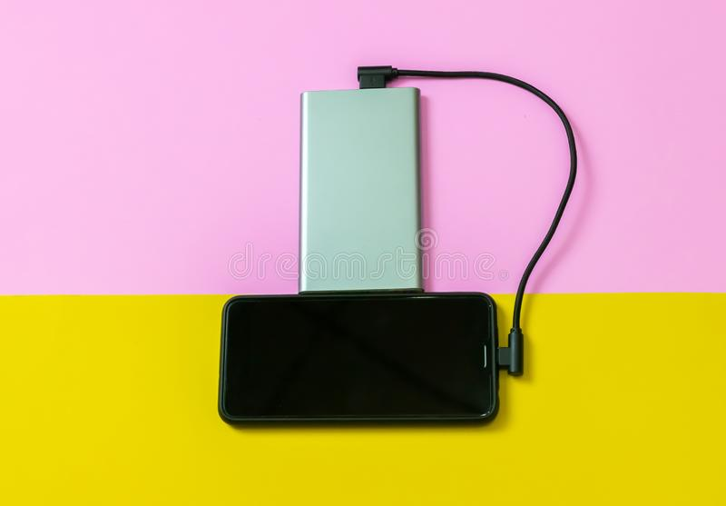 Smartphone-Handys, die Batterien durch Energiebank aufladen lizenzfreie stockfotos