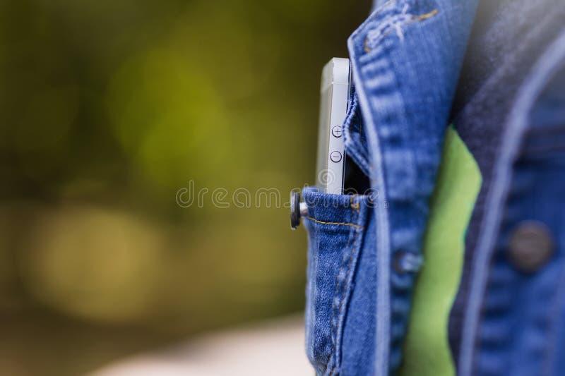 Smartphone in het dagelijkse leven Telefoon in jeanszak royalty-vrije stock foto's