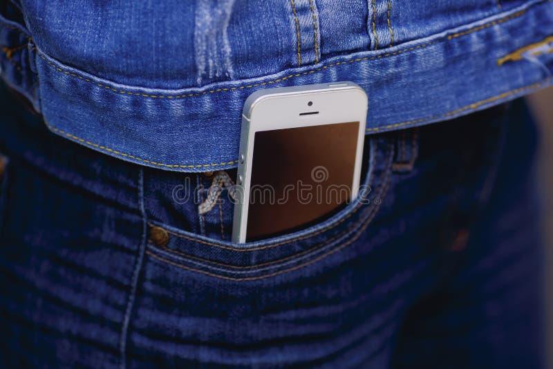 Smartphone in het dagelijkse leven Telefoon in jeanszak royalty-vrije stock afbeeldingen